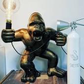 💡🦍   #noël #cadeautendance #decorationinterieur #unique #beautéfonctionnelle #innovation #art #statuepersonnalisée #handmade🎨🖌 #madeinfrance🇫🇷  Merci à @atelierjumo ❤️ et @jesus_de_sousa pour ce magnifique extincteur