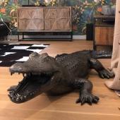Merci à notre fan de crocos préféré @elnos87 pour sa commande 😘 Il a trouvé sa place ! 🐊  Crocodile (2 mètres de long) finition noire craquelée argent 👌 finition unique By Swen'Art  #decorationinterieur #decorezvosjardins #decorationexterieur #crocodile🐊 #zoo #statuepersonnalisée #statues #peinturedecarrosserie #artist #art