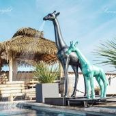 Tellement fière et heureuse de vous présenter enfin mon fameux projet : SWENY (Giraffe shower ®️©️ Projet déposé) ! 🚿🦒 À découvrir en exclu sur le salon #art3flyon2020 👍  N°1 de la gamme mobilier By Swen'Art 👏 Ces projets mêlent design et fonctionnalité. Ils ajoutent un vrai plus ➕ à votre décoration ! 👌  Choisissez votre statue, sa finition, sa couleur 🎨. Choisissez ensuite la forme du jet et du mitigeur 🚿 Possibilité d'y ajouter l'eau chaude, un récupérateur d'eau ou encore des panneaux solaires... 🌞🌡️  Chaque statue est réalisée à la main, personnalisée en fonction de vos goûts et de vos envies 🤘  Merci à @juju auxerre pour l'aide technique / Merci à @virginie_style pour sa confiance / Merci à @claire_demeure pour sa présence / Merci à alexandre janonato photographie pour les magnifiques photos ❣️  #doucheexterieure #luxe #animaux #giraffelover #girafedouche #giraffeshower #statuepersonnalisée #madeinfrance🇫🇷 #handmade #jardin #piscine #hotels #spa #architecture #decorezvosjardins #decorationexterieur #art3flyon2020 #SWENY #swenart